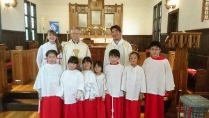 加藤主教最後の巡回②礼拝後、アコライトの子どもたちと一緒に