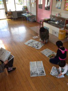 新聞を読んでいる…のではありません。