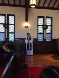 司祭さまのお話を聞いています。